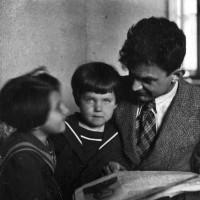 Семья П.А. Серебрякова. Слева направо: дочь Галина, племянница Людмила, П.А. 1937