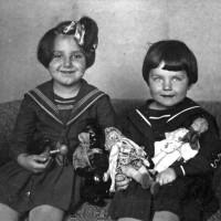 Семья П.А. Серебрякова. Слева направо: дочь Галина, племянница Людмила. 1937