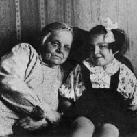 Семья П.А. Серебрякова. Слева направо: А. И. Серебрякова (мать П.А.), дочь Галина, 1937