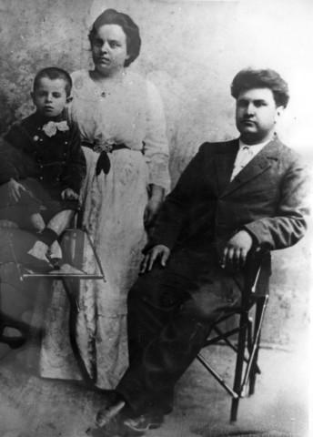 Родители П. А. — А. А. Серебряков и А. И. Серебрякова (Тимофеева) с сыном Адрианом. Ок. 1908 г.